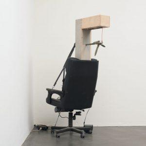 Andreas Fischer: Der, der bis drei zählt, 2010. Installation mit Bürosessel, Leuchtmittel, Holz, Anker, Sound, Motor und Mikroprozessor