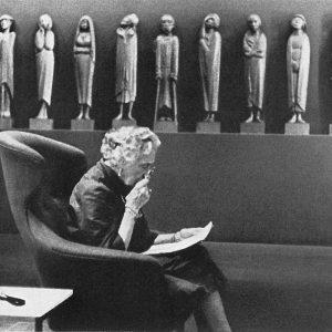 Lesung von Tilla Durieux 1963 vor dem Fries der Lauschenden (1930–1935)