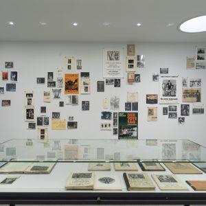 Bühnenfotos, Kostümentwürfe, Programmhefte, Plakate, Theaterkritiken und anderes Archivmaterial zu Barlachs Dramen, 1920er–2000er Jahre, Foto: Andreas Weiss