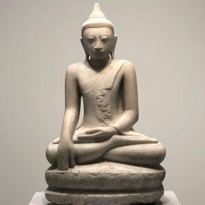 Anonym: Buddha Maravijaya, Mandalay (Myanmar [Birma]), spätes 18. oder 19. Jahrhundert, Alabaster, Museum am Rothenbaum, Hamburg, Foto: Petra Lange-Berndt